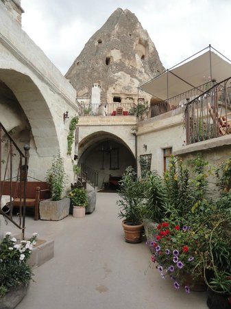 Koza Cave Hotel: Hotel Courtyard (with fairy chimney in background)