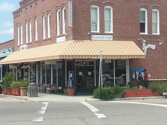 Tamara's Cafe Floridita: At the corner of Market Street