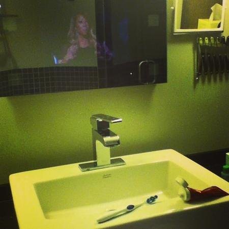 Auberge Godefroy Hotel, Spa and Golf: washroom tv