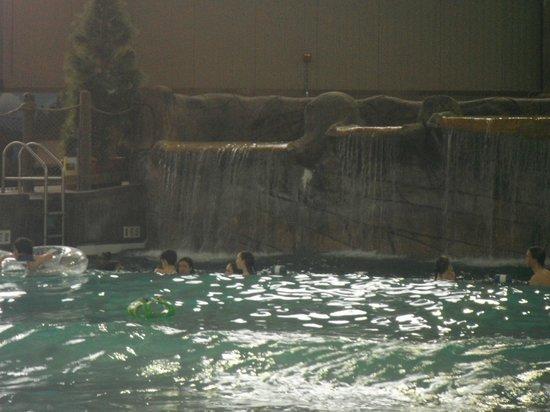 Cascades Indoor Waterpark: wave pool