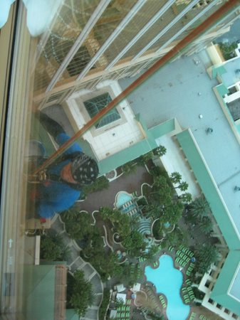 Four Seasons Hotel Las Vegas: Guy cleaning our windows-yikes!