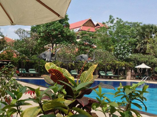 Royal Angkor Resort & Spa: Loved the Elephant showers pool side