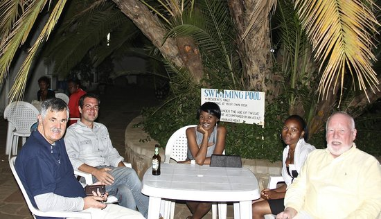 Tuskers Hotel: Al fresco waiting for service!