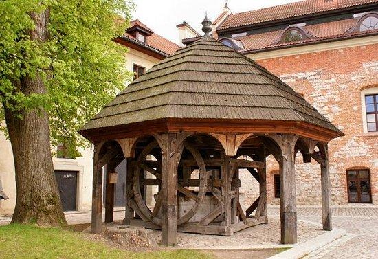 Benedictine Abbey of Tyniec: Studnia na dziedzińcu tynieckiego klasztoru