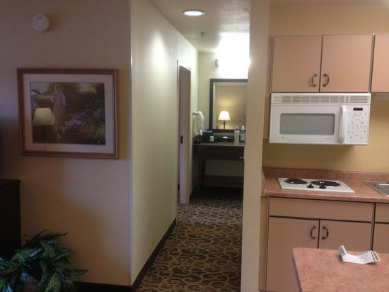 Hampton Inn and Suites Park City : Hallway from kitchen/living room to bedroom and bath