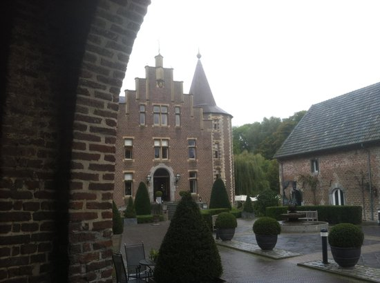 Kasteel Terworm: The courtyard and main building from the entrance inside the moat