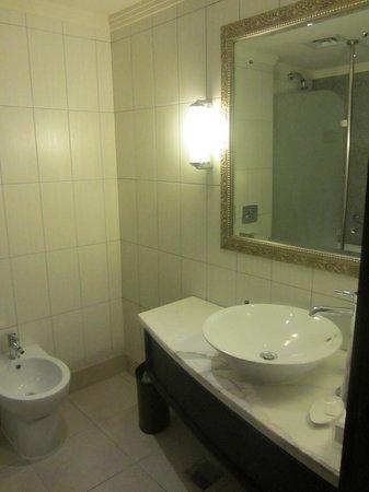 Grand Excelsior Hotel Deira: Bathroom