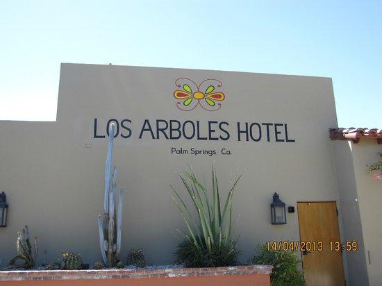 Los Arboles Hotel: Hotel sign