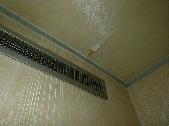 Orient Hotel Xi'an : peeling wallpaper