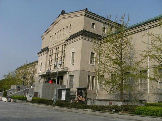 Municipal Museum of Fine Art: 洋風建築だが屋根は瓦ぶきで和洋折衷