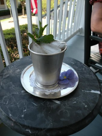 Historic Oak Hill Inn: Mint julep served on the veranda