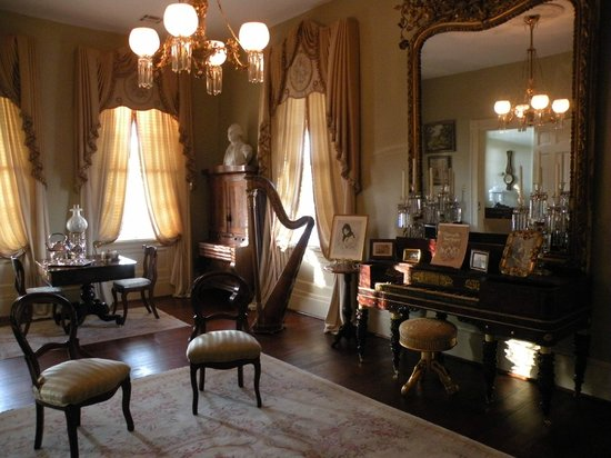 Historic Oak Hill Inn : Front Parlor