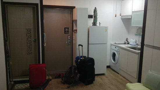 Namsan Guesthouse 2: Refrigerator, laundry, kitchen and bathroom (right side)