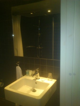 Tott Hotel Are: Nice and large bathroom