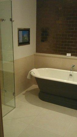 Rudding Park Hotel: Big tub with bathroom tv!