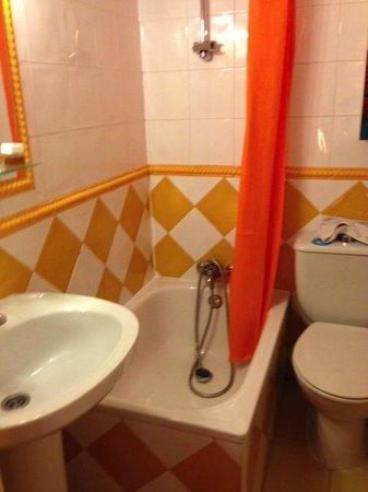 Hostal Adria Santa Ana: bathroom