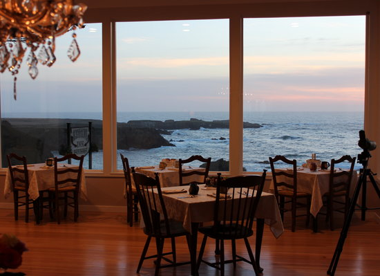 Agate Cove Inn Hotel: Sunset from the breakfast room