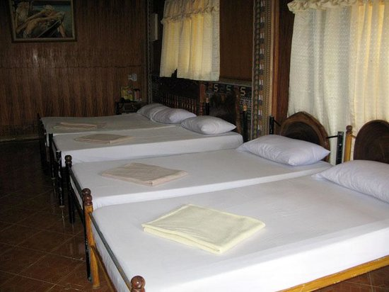 Balay Inato Pension: 1 queen size and 3 single beds