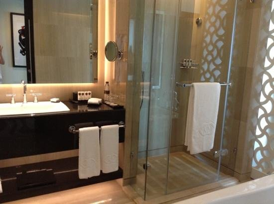 Sofitel Abu Dhabi Corniche: Bathroom with rain shower