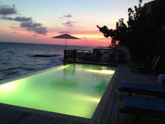 Scuba Lodge & Suites: direct voor het appartement ligt het zwembad aan zee