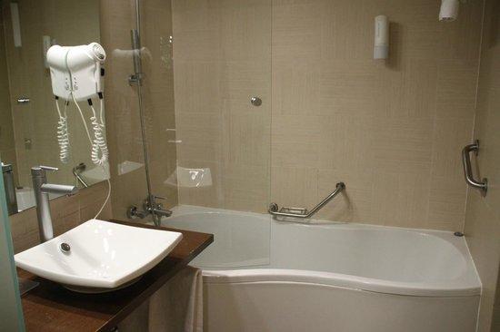 Hotel & Spa Real Ciudad de Zaragoza: washroom