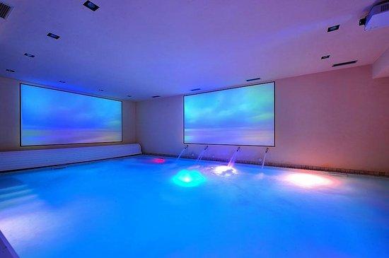 Centro benessere con piscine, doccie emozionali, sauna, bagno ...