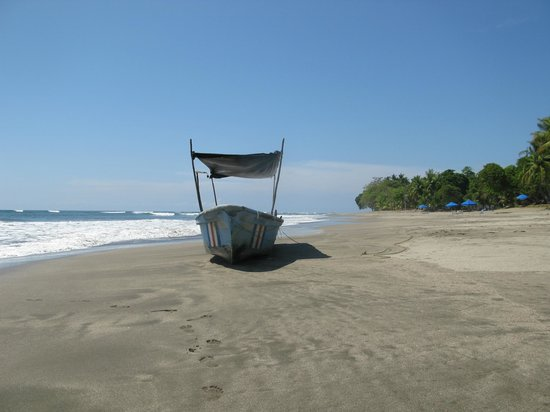 Hotel Rancho Coral: Fishing boat at the beach