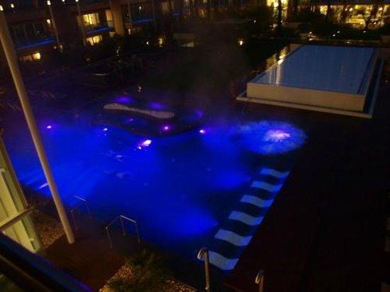 Aqualux Hotel Spa & Suite Bardolino: Blick zu den Außenpools