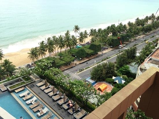 Sheraton Nha Trang Hotel and Spa: Вид на бассейн и набережную с 10 этажа)