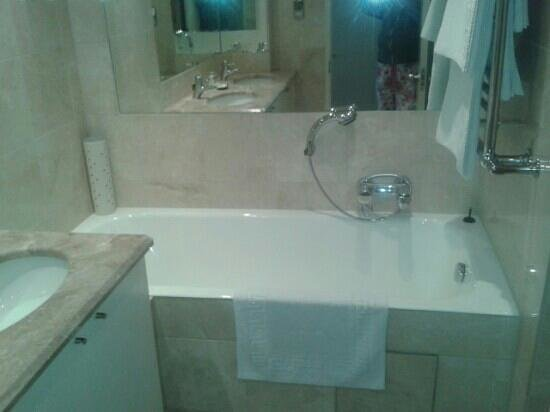 BridgeStreet Circus Apartments: en suite bathroom with heated floor and lovely separate shower