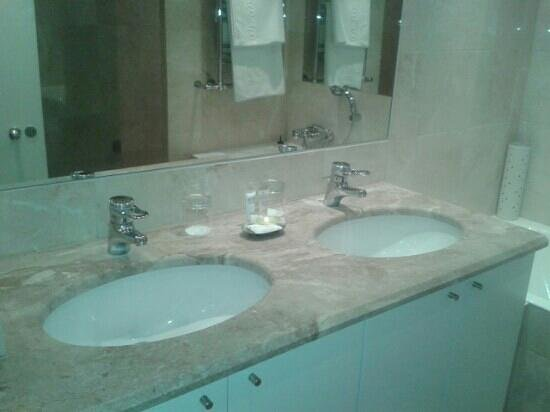 BridgeStreet Circus Apartments: double sink in en suite