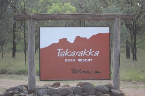Takarakka Bush Resort & Caravan Park: The entrance to Takarakka, a good gravel road, easily accessible