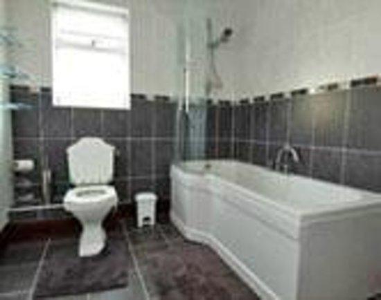 Millmoor Farm: Miller's house bathroom
