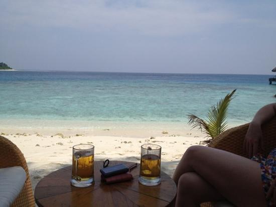 Kuramathi Island Resort: first experience of the bar and view