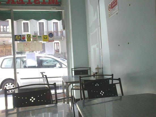 Mister Hu: Interno locale