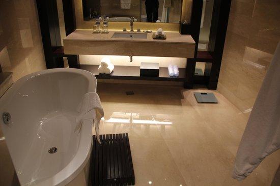 JW Marriott Marquis Hotel Dubai: Bathroom sink