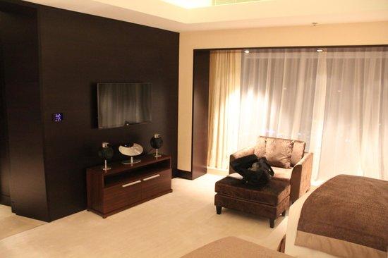 JW Marriott Marquis Hotel Dubai: Tv in room