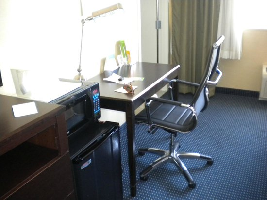 La Quinta Inn & Suites Manchester: Decent work area