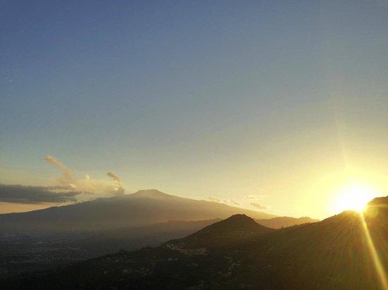 Sweet Home: Sonnenuntergang neben Etna