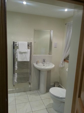 Kilnhall Guest House: Bright bathroom
