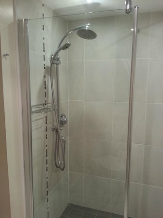 Kilnhall Guest House: Large shower