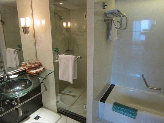 Yixing International Hotel: Bathroom. Separate tub and shower.