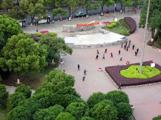 Yixing International Hotel: View from window in the morning. People doing tai chi.