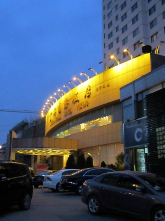 Yixing International Hotel: Hotel entrance in the evening.