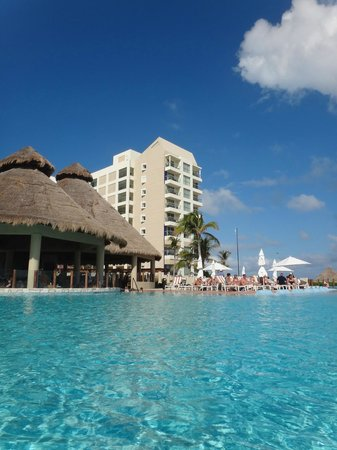 The Westin Lagunamar Ocean Resort Villas & Spa, Cancun: pool bar. HH every afternoon.