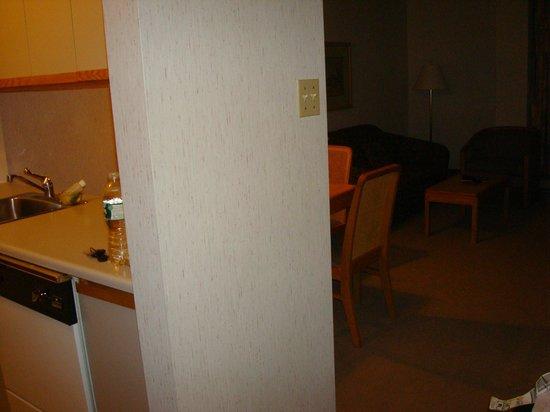 Cartier Place Suite Hotel : cucinotto/sala