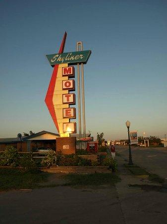 Skyliner Motel: neon sign on Rt 66