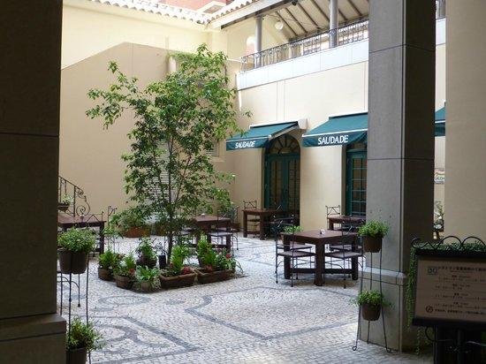 Petit jardin interieur avec terrasse - Picture of Hotel Monterey ...