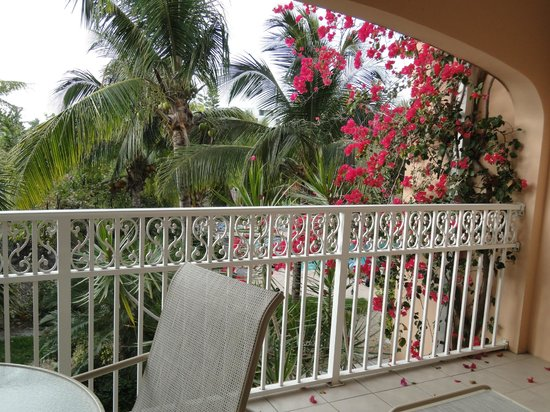 Inn at Grace Bay: balcony.. you could see the pool through the trees.