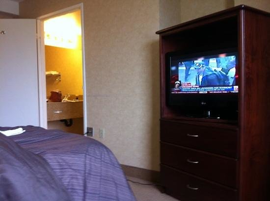 Days Inn - Calgary South: keep an eye on the TV or the bathroom